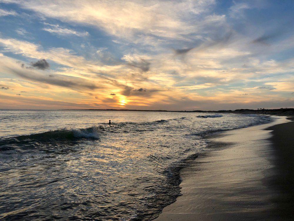 vivir en punta del este - playa mansa al atardecer